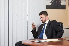 телефон офиса бизнесмена говоря Стоковое Изображение RF