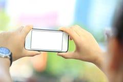 Телефон пользы скейтбордиста молодой женщины умный в городе Стоковое фото RF