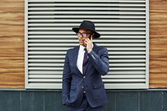 телефон приемной клетки звонока бизнесмена дела говоря к детенышам Стоковая Фотография