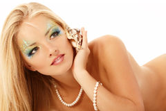 Телефон русалки девушки подростка красивый вызывая с изолятом раковины стоковые изображения rf