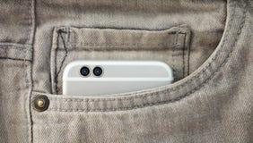 Телефон современной двойной камеры умный в джинсах pocket Стоковое Изображение RF