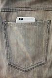 Телефон современной двойной камеры умный в джинсах pocket Стоковые Фотографии RF