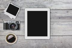 Телефон старой таблетки камеры умный в ретро винтажной предпосылке Стоковое Изображение RF