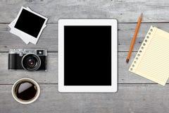 Телефон старой таблетки камеры умный в ретро винтажной предпосылке Стоковое Фото