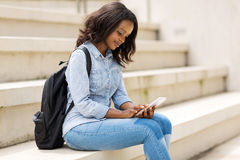 Телефон студента колледжа умный стоковые изображения