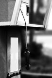 Телефон уха общественного телефон-автомата вися вниз в белом abando тона Стоковые Фотографии RF