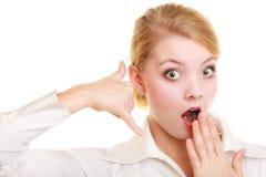 Телефон Удивленный делать коммерсантки вызывает меня жестом Стоковая Фотография RF