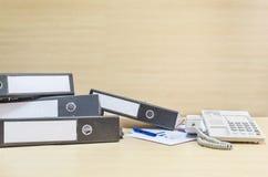 Телефон фаил документа и белизны крупного плана и бумага работы в концепции трудной работы на запачканных деревянных столе и стен Стоковое Изображение RF