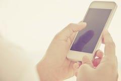 телефон франтовской используя женщину Стоковая Фотография