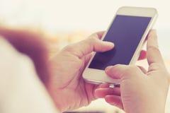 телефон франтовской используя женщину Стоковое фото RF