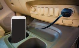 Телефон штепсельной вилки заряжателя на автомобиле Стоковые Изображения