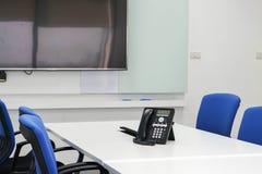 Телефон IP на таблице в зале заседаний правления для конференции Стоковые Изображения RF