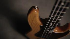 Тело басовой гитары джаза в светлом деревянном цвете С красным pickguard и 2 одиночными приемистостями Ровное движение сток-видео