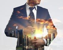 Тело бизнесмена на предпосылке города Стоковые Изображения RF