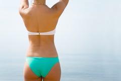 Тело девушки на предпосылке моря Стоковое Изображение