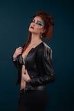 Тело красивой девушки женское с кожаной курткой Стоковые Изображения