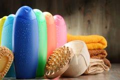 тело красотки разливает продукты по бутылкам пластмассы внимательности Стоковые Фото