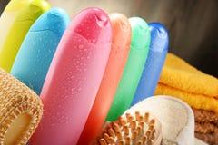 тело красотки разливает продукты по бутылкам пластмассы внимательности Стоковая Фотография