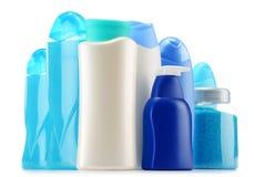 тело красотки разливает продукты по бутылкам пластмассы внимательности Стоковое фото RF