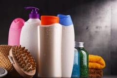 тело красотки разливает продукты по бутылкам пластмассы внимательности Стоковое Изображение RF