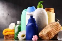 тело красотки разливает продукты по бутылкам пластмассы внимательности Стоковые Изображения RF