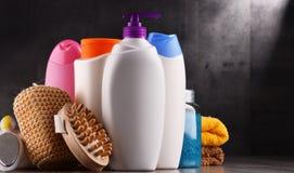 тело красотки разливает продукты по бутылкам пластмассы внимательности Стоковая Фотография RF