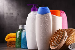 тело красотки разливает продукты по бутылкам пластмассы внимательности Стоковые Фотографии RF