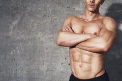 Тело подбрюшных мышц портрета фитнеса половинное 6 пакетов отсутствие рубашки Стоковые Изображения