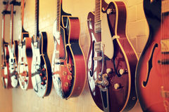 Тело электрических гитар выровнянное на стене Стоковое Изображение RF