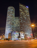 Тель-Авив - небоскребы центра Azrieli на ноче архитекторами Moore Yaski Sivan с измерять 187 m (614 ft) в высоте Стоковое Изображение RF