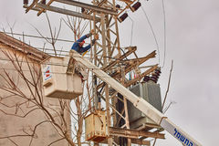 Тель-Авив - 10 06 2017: Ремонтирует человека исправляя электрическая линия в телефоне Стоковые Фото