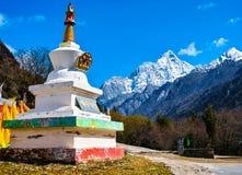 Тибетская белая башня на горе 4 девушек стоковое изображение rf