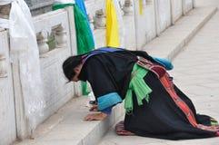 Тибетская женщина моля Стоковое Изображение
