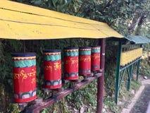 Тибетская молитва катит внутри движение, прогулку Kora, McLeodgange, Дарамсалу, Индию стоковые изображения