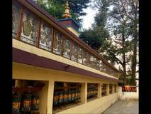 Тибетская молитва катит внутри прогулку Kora, McLeodgange, Дарамсалу, Индию стоковые фото