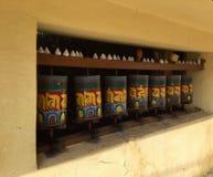 Тибетская молитва катит внутри прогулку Kora, McLeodgange, Дарамсалу, Индию стоковые изображения