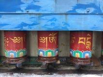 Тибетская молитва катит внутри прогулку Kora, McLeodgange, Дарамсалу, Индию стоковые фотографии rf