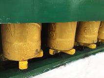 Тибетская молитва катит внутри прогулку Kora, McLeodgange, Дарамсалу, Индию стоковые изображения rf