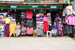Тибетская улица свитера моды в Kodaikanal стоковое изображение rf