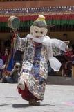 Тибетские буддийские ламы в мистических масках выполняют ритуальный танец Tsam Монастырь Hemis, Ladakh, Индия Стоковые Фото