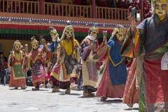 Тибетские буддийские ламы в мистических масках выполняют ритуальный танец Tsam Монастырь Hemis, Ladakh, Индия Стоковые Изображения