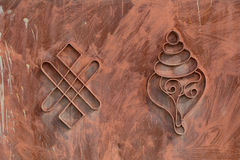 Тибетские буддийские символы на стробе дома в Ladakh, Индии Стоковое фото RF