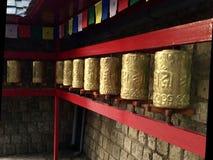 Тибетские золотые колеса молитве, Дарамсала, Индия стоковые фотографии rf