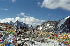 Тибетские и индийские паломники на Ла Drolma проходят стоковые изображения rf