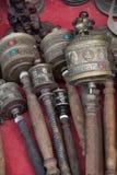 Тибетские колеса молитве руки цилиндрические с деревянными ручками сортировали стили Стоковая Фотография