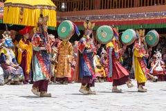 Тибетские ламы одели в мистической тайне Tsam танца маски во времени  буддийского фестиваля на Hemis Gompa, Ladakh, северной Инди стоковое фото rf