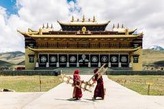 Тибетские монахи монастырем tradtitional тибетским злаковиком Tagong в Китае Стоковые Фотографии RF