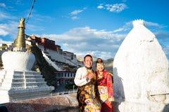 Тибетские пары в традиционном костюме Стоковые Фото