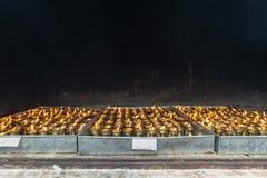 Тибетские свечи масла и темная предпосылка стоковое фото rf