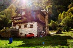 Тибетский дом под солнечностью стоковое фото